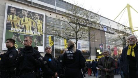 League des champions: explosions près du bus de l'équipe de Dortmund, match reporté à mercredi