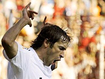 Le Real revient à dix points du Barça, Raul entre dans l'histoire