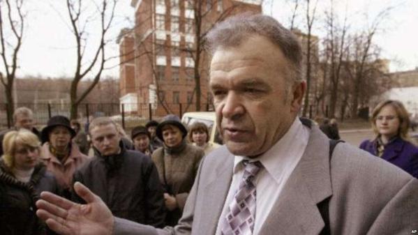 Le leader des Témoins de Jéhovah russes Vasily Kalin s'adresse à la presse après le verdict interdisant les Témoins de Jéhovah à Moscou, le 26 mars 2004.