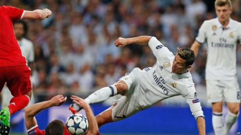 Cristiano Ronaldo de Real Madrid, au centre, et Xani Alonso, en position couchée, se battent pour la balle lors du match de quart de finale de la Ligue des champions au stade Santiago Bernabeu à Madrid, Espagne, 18 avril 2017.