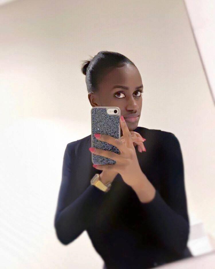 ( 03 Photos ) Aicha Ballago Seck, la petite sœur de Waly Seck très stylée en Mode Selfie AU