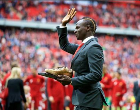 Sadio Mané avec son Golden Samba (trophée du meilleur joueur de Liverpool)