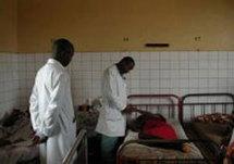 Hôpital El Hadj Ibrahima Niass de Kaolack:Les blouses blanches utilisent des sachets en plastique et des mouchoirs pour soigner