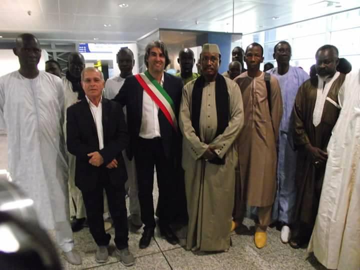 Italie: Serigne Mame Mor Mbacké accueilli à l'aéroport de Cagliari par M. Tomaso Antonio Locci, maire de Monserrato