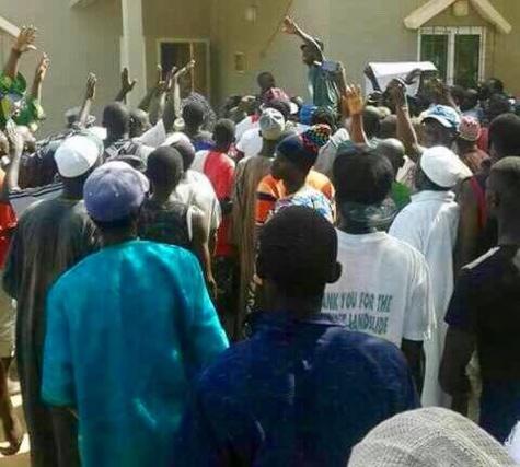 Gambie : Les habitants de Kanilai devant l'hôpital de Banjul pour exiger le corps de l'un des leurs