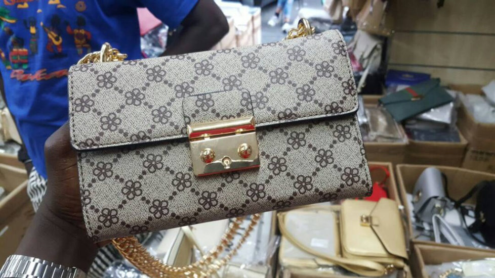 La femme de Saanex , Sadiya ouvre sa boutique ...