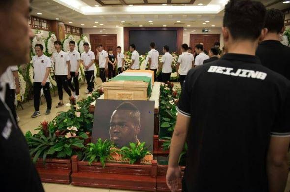 Papiss Cissé, submergé par l'émotion, pleure devant la dépouille de Cheick Tiote en Chine