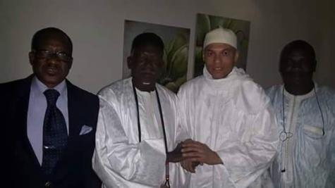 Karim Wade en compagnie de Me Madické Niang et du fils du Khalife général des mourides, quelques heures après sa libération