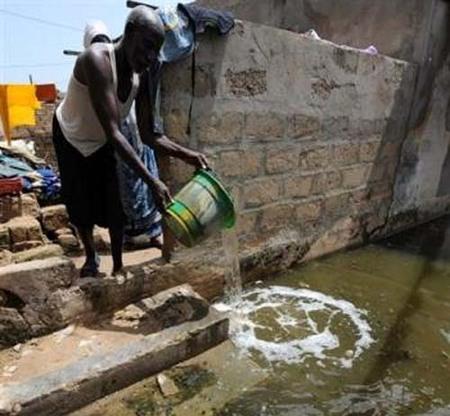 """Dans la banlieue de Dakar inondée, on mange et on prie """"dans l'eau"""""""