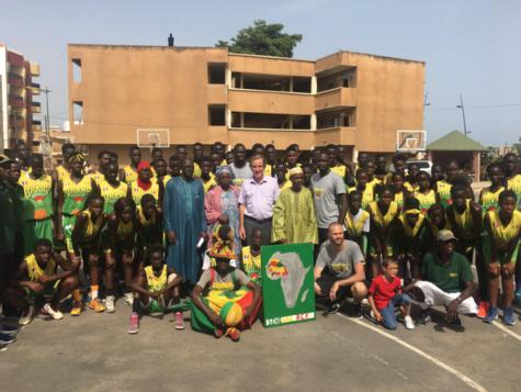 Photos: Malèye Ndoye et l'ensemble de l'Association Dakar Basket Camp, ont remis un maillot à son Excellence, Christophe Bigot