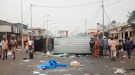 Des habitants fuient Port-Gentil, les pillages prospèrent et les barricades sont dressées sur les principales voies