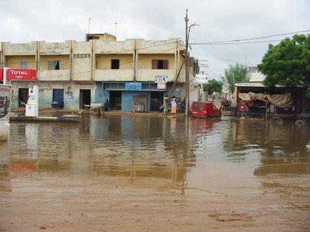 """Banlieue inondée, courant coupé: """"ça suffit"""" crient et chantent des Dakarois"""