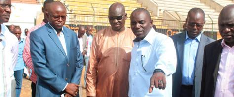 Le ministre des Sports Matar Bâ et Mbaye Faye, lors d'une visite de chantier