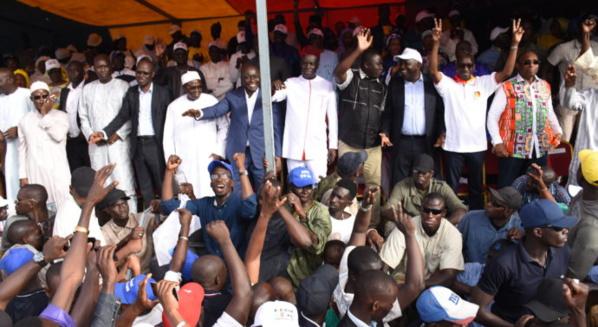 Défaite aux législatives, l'opposition veut renaître autour de Wade