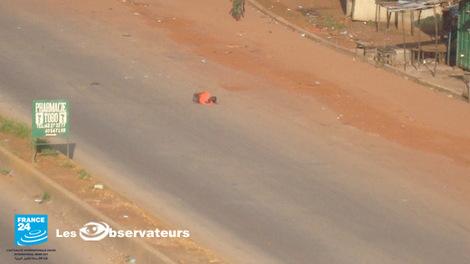 [ Photos - GUINEE ] Poignardé en pleine rue par un militaire, la preuve en images
