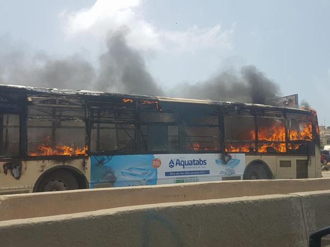 URGENT : Un bus DDD en flammes sur la route de l'aéroport