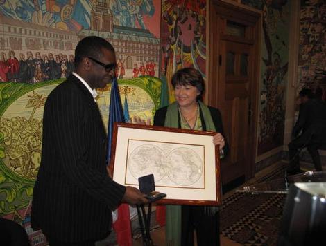 Ce matin, Martine Aubry a remis à Youssou N'Dour la médaille de la Ville. La cérémonie s'est déroulée en mairie de Lille en présence d'assos liées au jumelage entre Lille et Saint-Louis du Séné