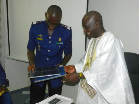 Compagnie de Gendarmerie des Transports Aériens : Le Commandant Samba Diallo remplacé par le Capitaine Babacar Samb reçoit des honneurs