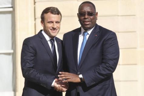 Emmanuel MACRON sur le perron de l'Elysée avec Macky SALL président de la République du Sénégal.