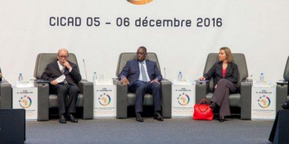 Jean-Yves Le Drian, Macky Sall et Federica Mogherini lors du Forum sur la paix et la sécurité de Dakar, en décembre 2016. © DR / Forum Dakar