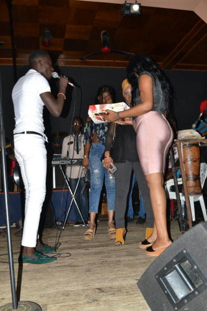 Photos : Momo Dieng enflamme le Ravin Night …tout était permis, hyper chaud avec ses fans