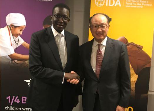 Twitter : Amadou Bâ félicité par Jim Yong Kim, le président de la Banque mondiale pour les performances économiques récentes du Sénégal incluant le plus faible taux de retard de croissance chez l'enfant en Afrique.