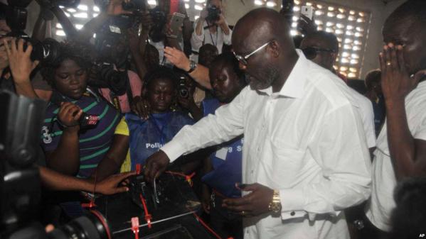 Weah accentue son avance mais un second tour probable au Liberia