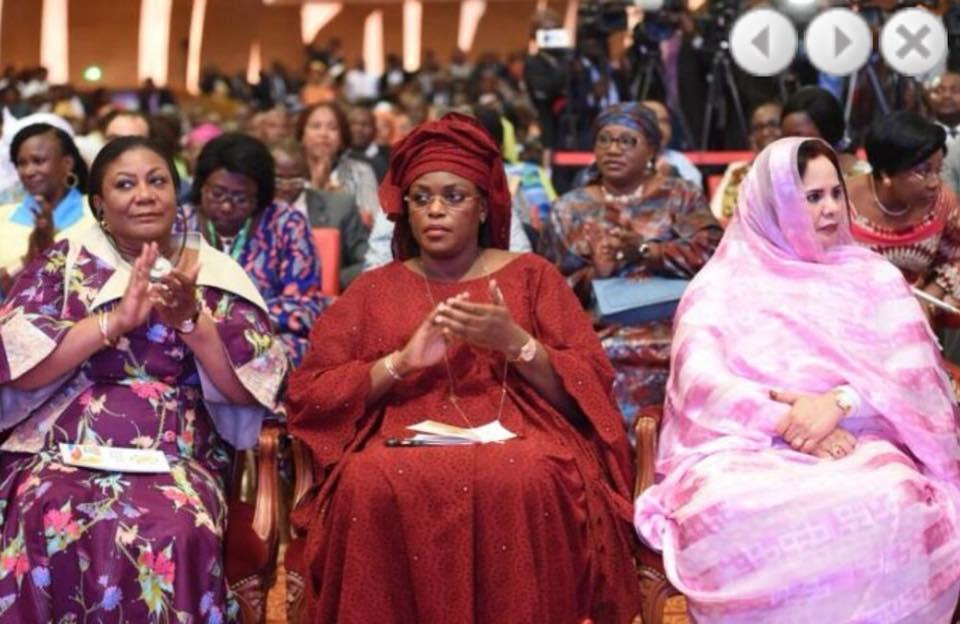 Photos : Marième Faye Sall, version rouge écarlate, ravit la vedette aux premières dames à Abidjan