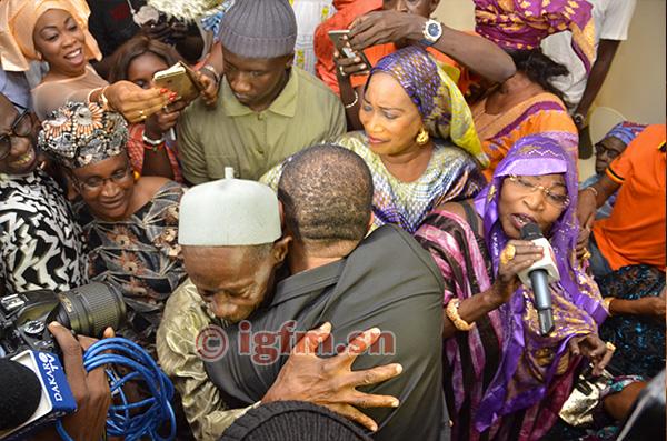 25 photos : Youssou Ndour dans les bras de son père Elimane Ndour, émouvant