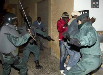 """En Italie, le témoignage de Pap Khouma, """"Black Italian"""", lance un débat sur le racisme"""