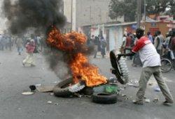 Un véhicule incendié après une manif' d'étudiants et de jeunes chrétiens