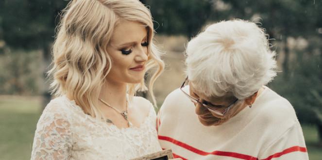 Une jeune mariée fait pleurer sa grand-maman quand celle-ci voit quelle robe elle porte à son mariage.