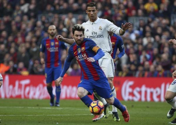 Lionel Messi et Cristiano Ronaldo au duel lors d'un Clasico. Ce sera encore le cas pour le Ballon d'Or.