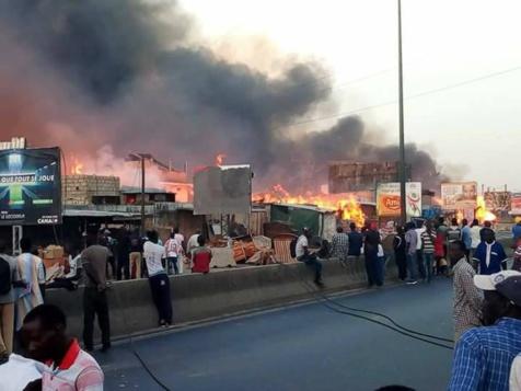 """Incendie de """"Parc Lambaye"""" à Pikine : les occupants entre désarroi et élan de solidarité"""