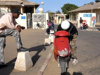 Des Sénégalais sous le choc du départ des troupes françaises de Dakar