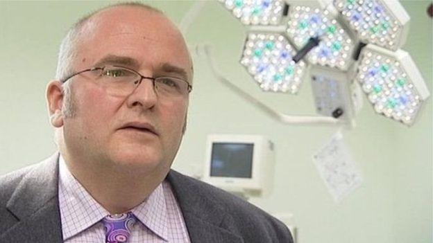 Angleterre: Un chirurgien grave ses initiales sur le foie des patients