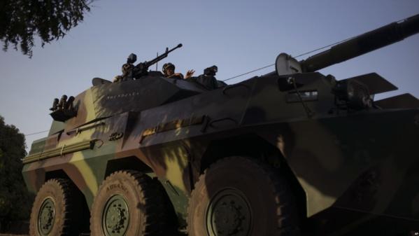 Un convoi des militaires sénégalais se dirige vers la frontière Gambie dans le village de Karang, Sénégal, 19 janvier 2017.