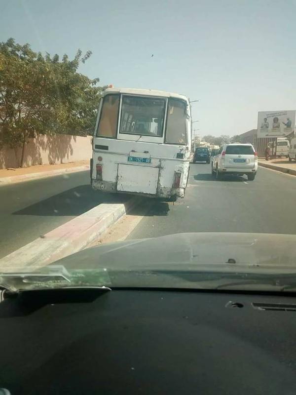 Photos-Accident spectaculaire d'un bus Tata sur la route de Ouakam