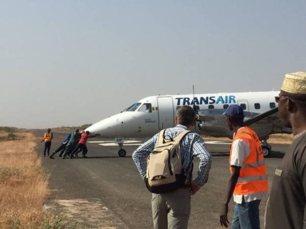 """Du jamais vu ! Le vol TRANSAIR incapable de faire marche arrière : ses passagers en mode """"pousse-pousse"""""""