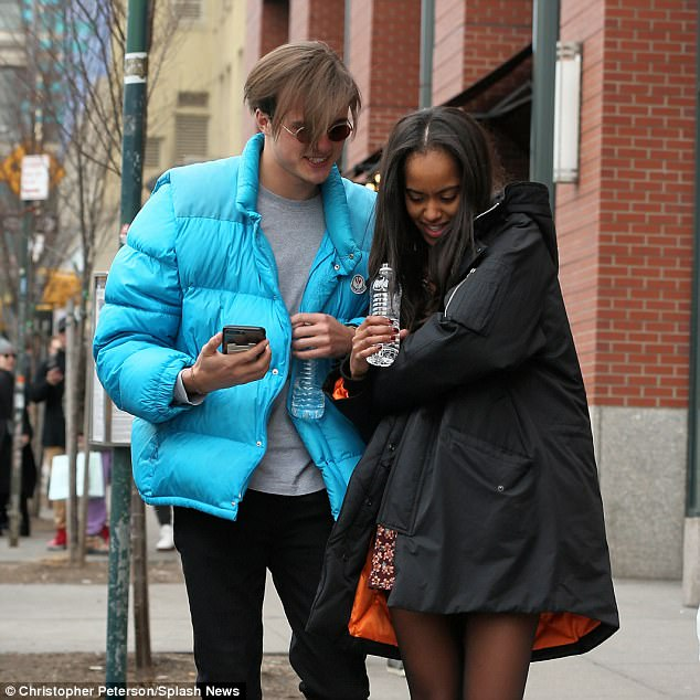 14 photos : Malia Obama roucoule avec son petit ami dans les rues de New York