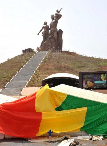 """Le drapeau sénégalais est installé à proximité du monument de la """"Renaissance africaine"""" le 1er avril 2010 à Dakar"""