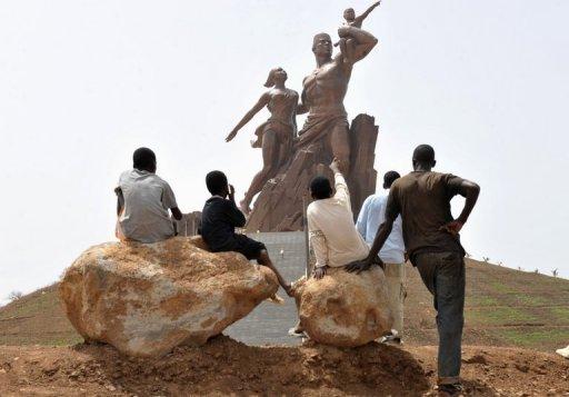 Des enfants regardent le monument de la