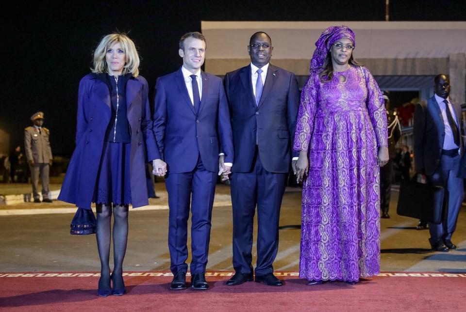 Photos : Quand Macky Sall et Emmanuel Macron tiennent la main des Premières dames, regardez
