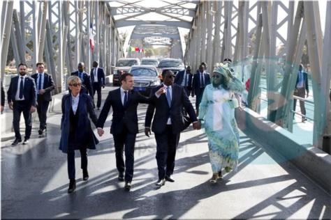 (Photos) Saint-Louis: Les couples présidentiels Macron et Sall traversent main dans la main, le pont de la vieille ville, à pieds