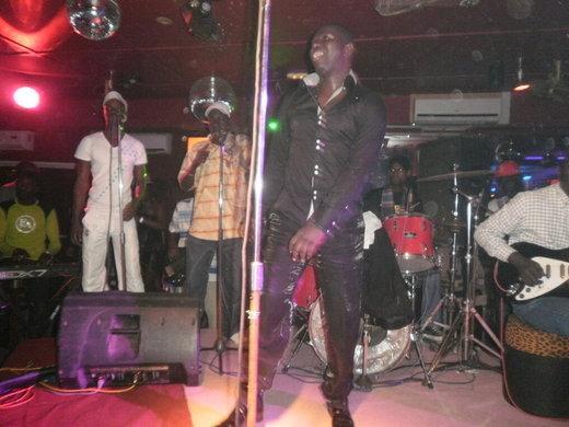 [Exclusif Photos]En virée nocturne au Nirvana, Balla Gaye 2 donne un coup de…chèque à Salam Diallo