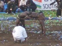 Un lutteur et son ami se battent pour une prostituée dans une boîte de nuit à Saly
