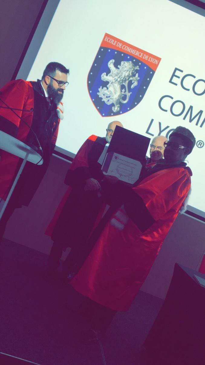 Ahmed Khalifa Niasse fait Docteur Honoris Causa par l'Ecole de Commerce de Lyon et citoyen d'honneur par la Mairie