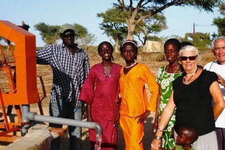 Pose devant la nouvelle pompe du puits installée cette année. PHOTO DR