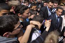 [ V I D E O ] : Un jeune lance une bouteille d'eau sur Nicolas Sarkozy