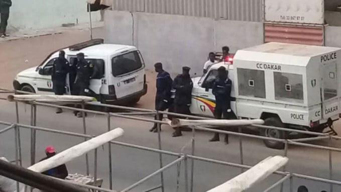 Arrêt sur images: Les forces de l'ordre devant les locaux de Walf Tv